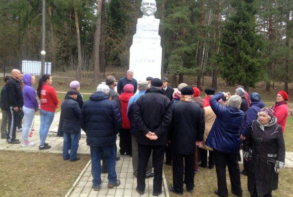 Коммунисты Дзержинского района провели субботник и возложили цветы у памятника Ленину