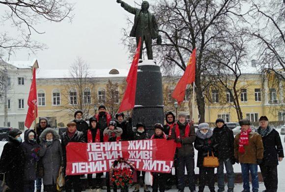 Жители Калуги и других городов Калужской области возложили цветы у памятников Ленину